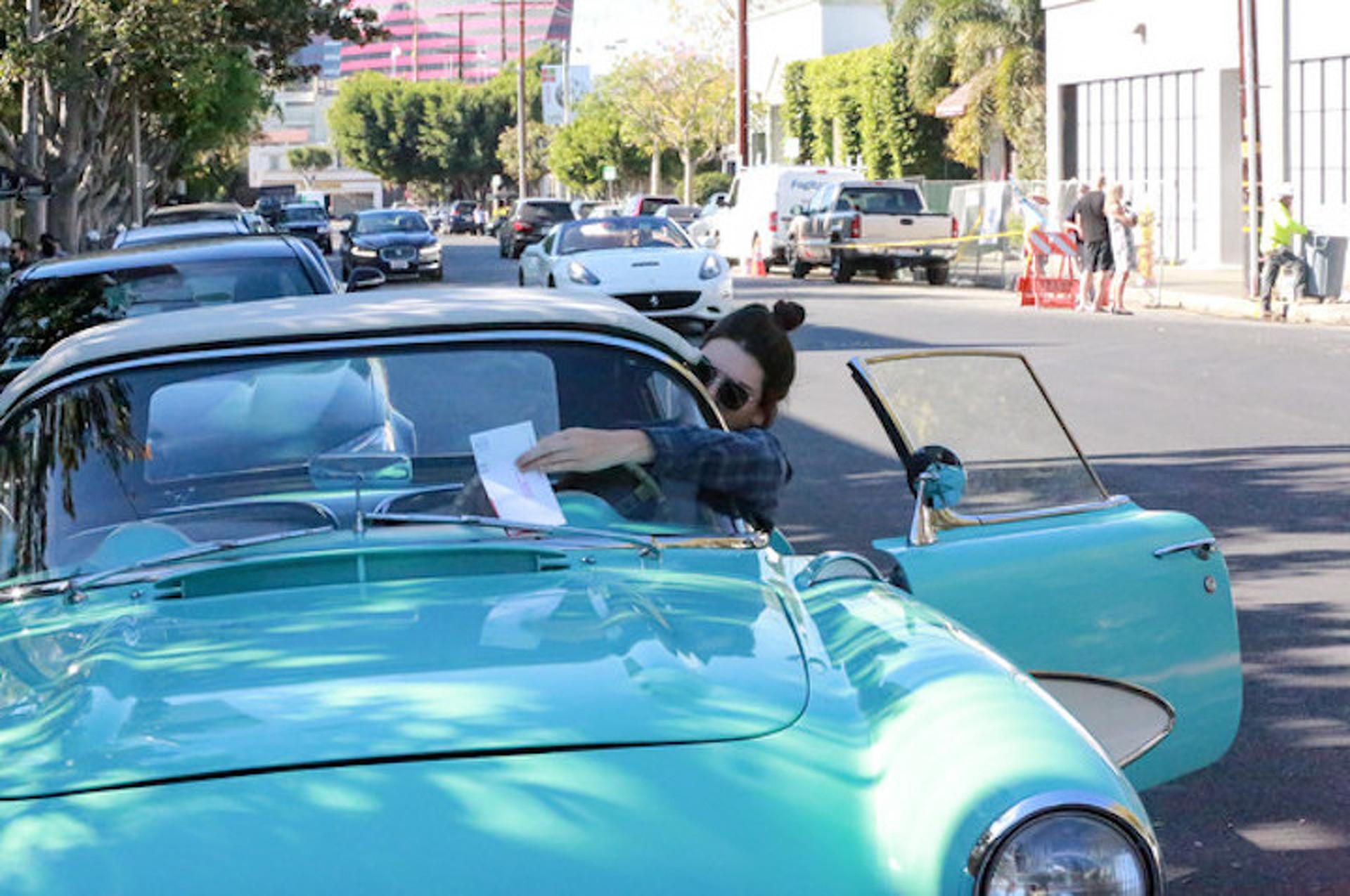 Kendall Jenner saat mengendarai Chevrolet Corvette 1957 berwarna turquoise miliknya.