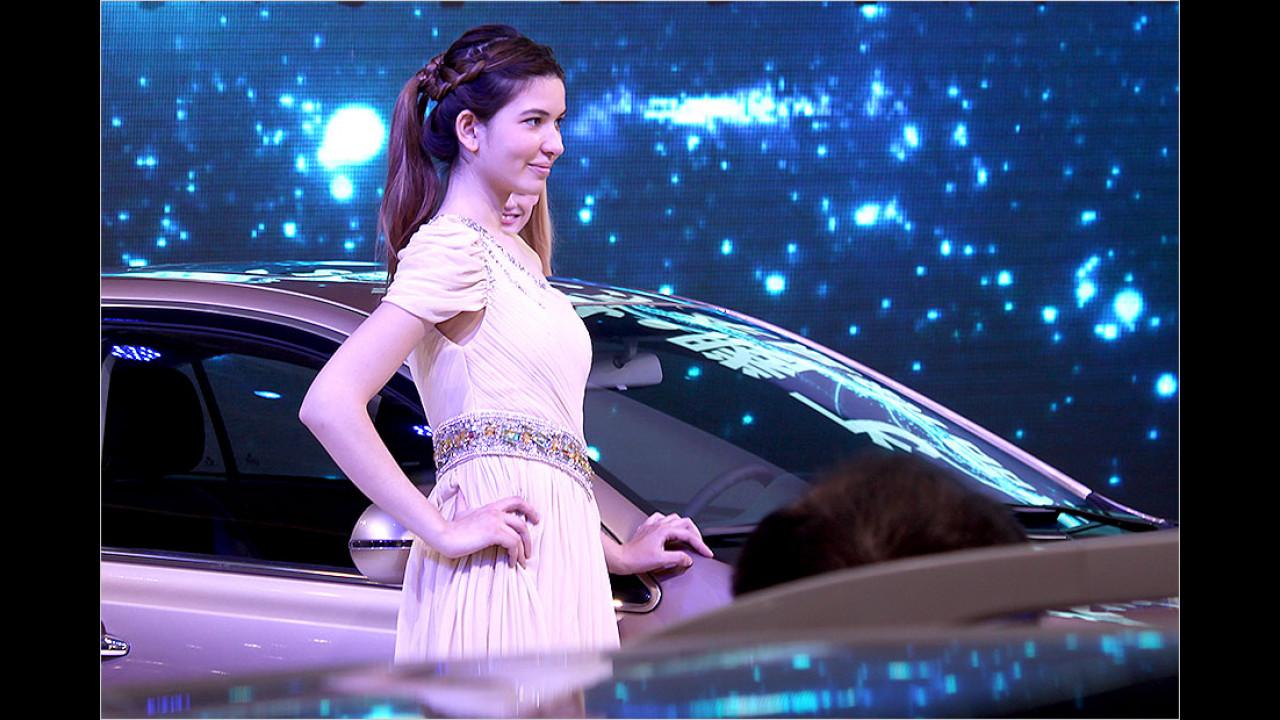 Auf der Automesse in China stehen Hochmodernes und Antikes nebeneinander