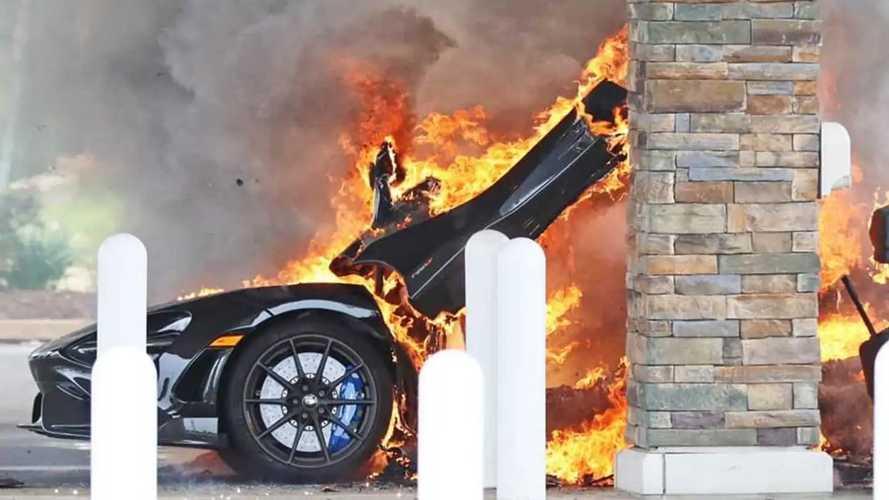 Une McLaren 765LT ravagée par le feu dans une station-service