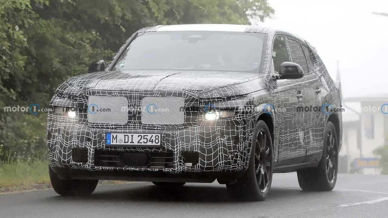BMW X8 kémkedett flaunting szokatlan kipufogócső elrendezés