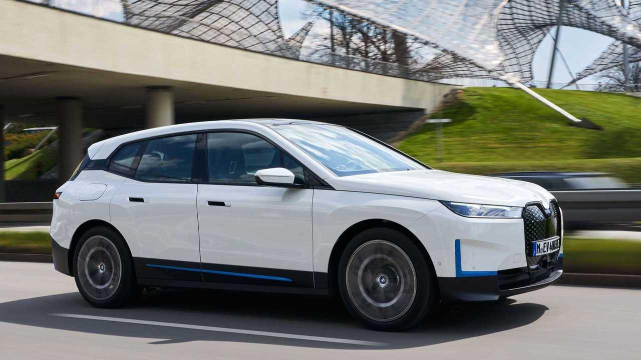 Der BMW iX xDrive40 (2021) in Fahrt