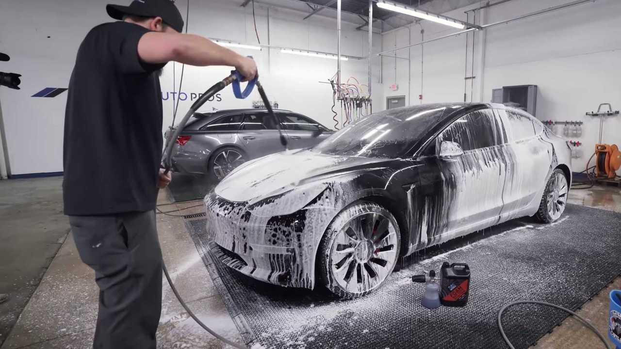 Cuci mobil untuk menjaga kebersihan kendaraan.