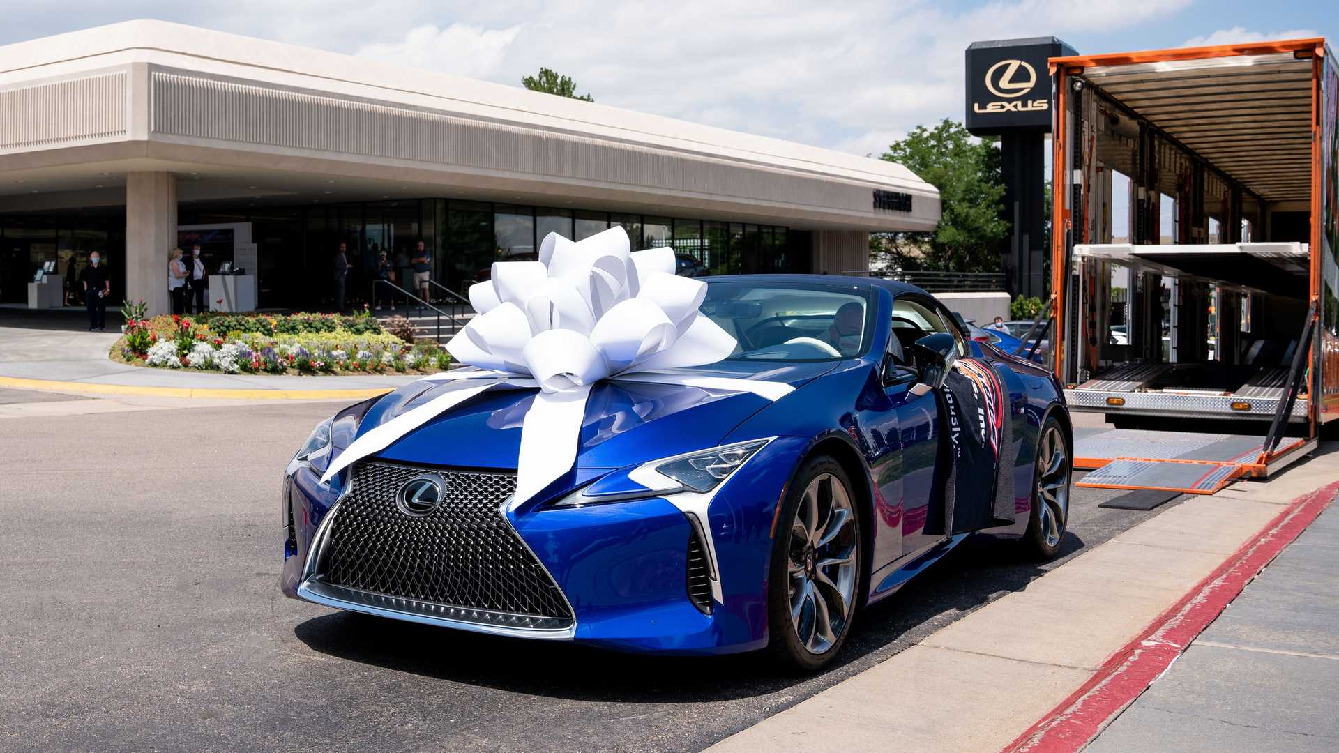 2016 - [Lexus] LC 500 - Page 8 Lexus-lc-500-convertible-charity-delivery-bow