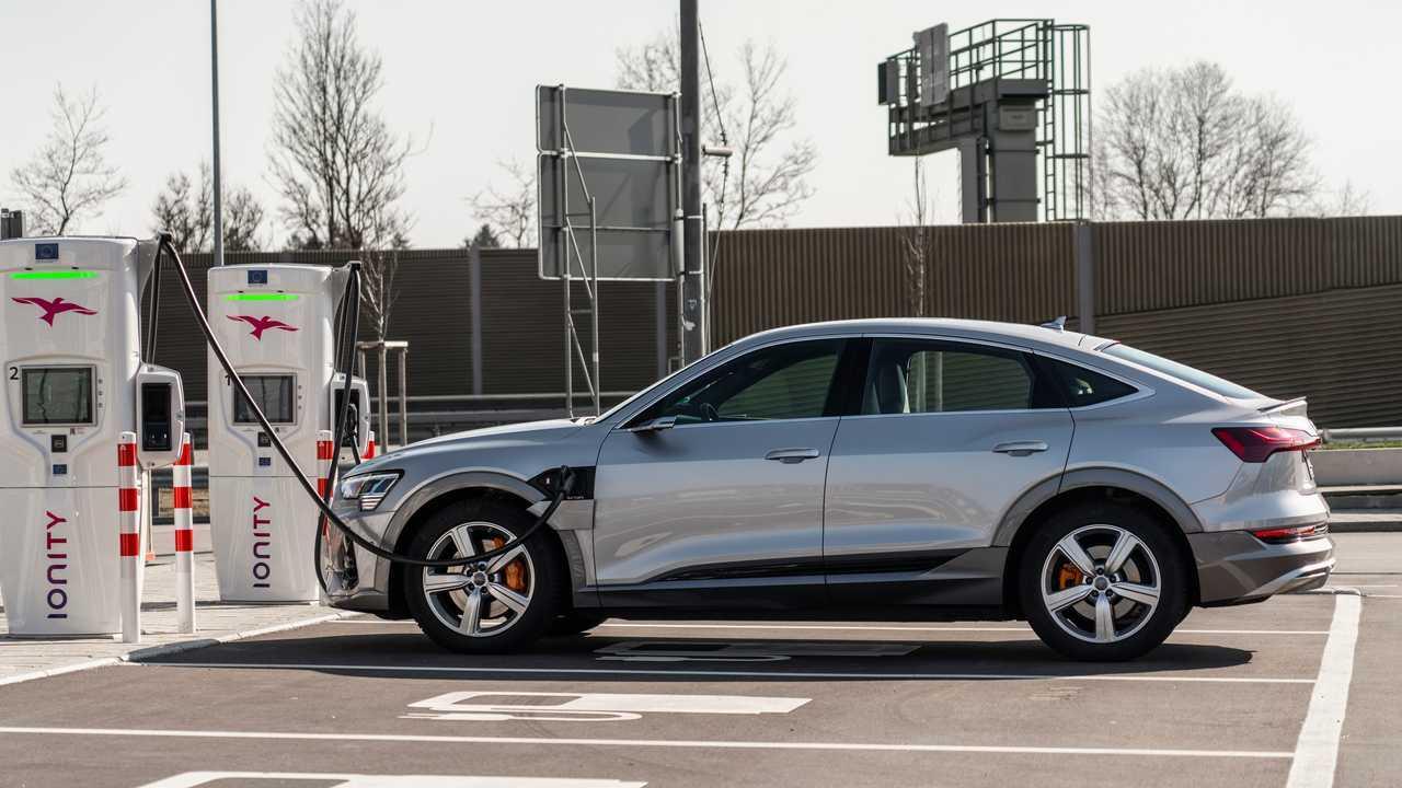 Быстрая зарядка Audi e-tron