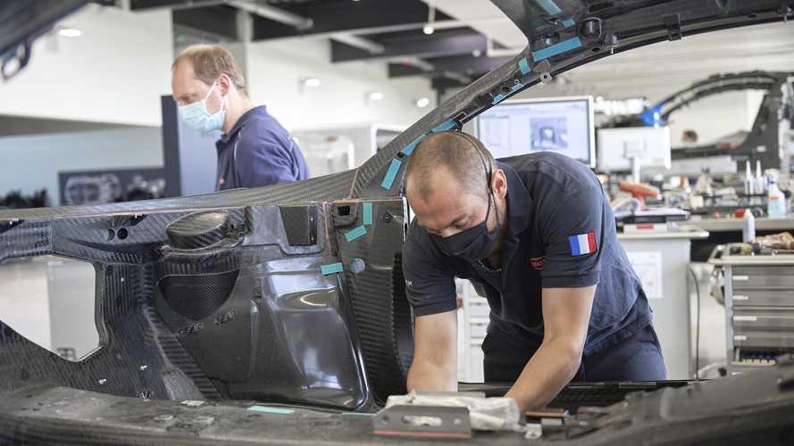 A Bugattinál is szigorú biztonsági előírások mellett indult újra a munka