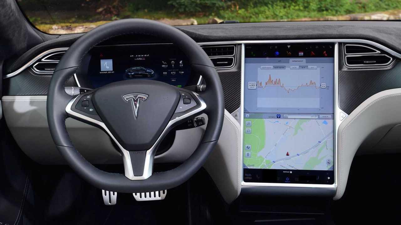 Tesla обновила автопилот