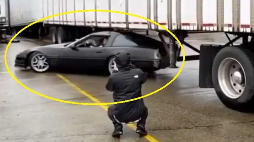Kamion alatt driftelt egy Chevrolet Corvette C4