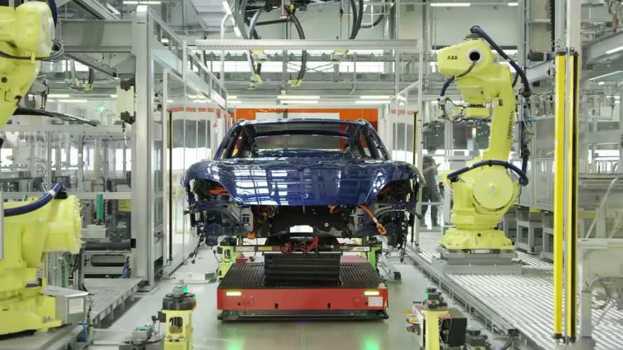 Kommentár nélkül: 30 perces videón a Porsche Taycan gyártása