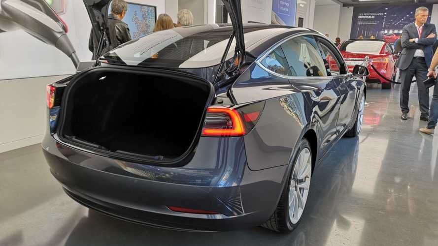Tesla Model 3 im Store in Paris-Madeleine