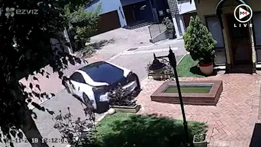 Félresikerült tolatással intézték el egy BMW i8 hátsó részét