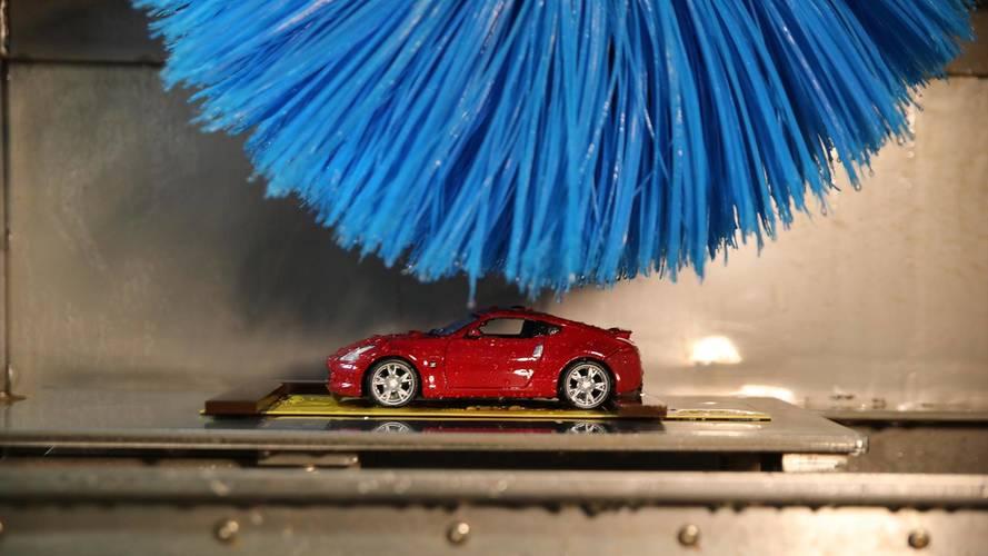 Brinquedo de natal? Nissan cria mini lava-rápido para testar pintura