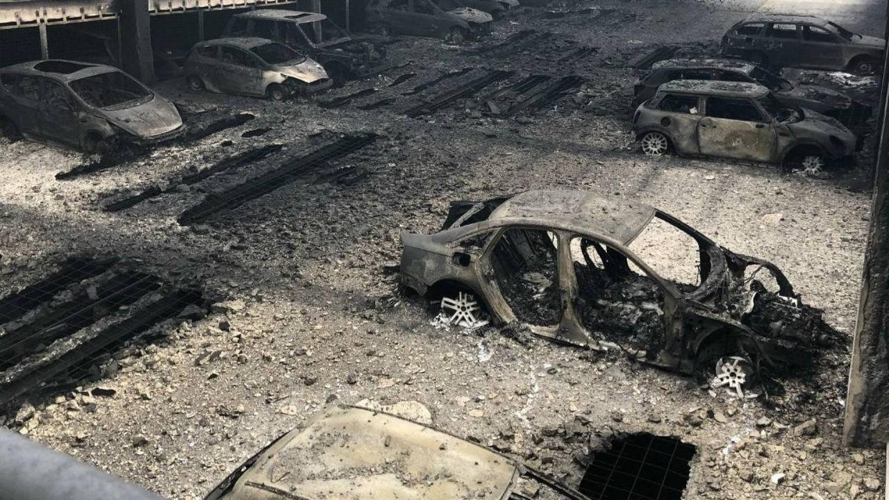 [Copertina] - 1.400 auto in fumo in un rogo a Liverpool