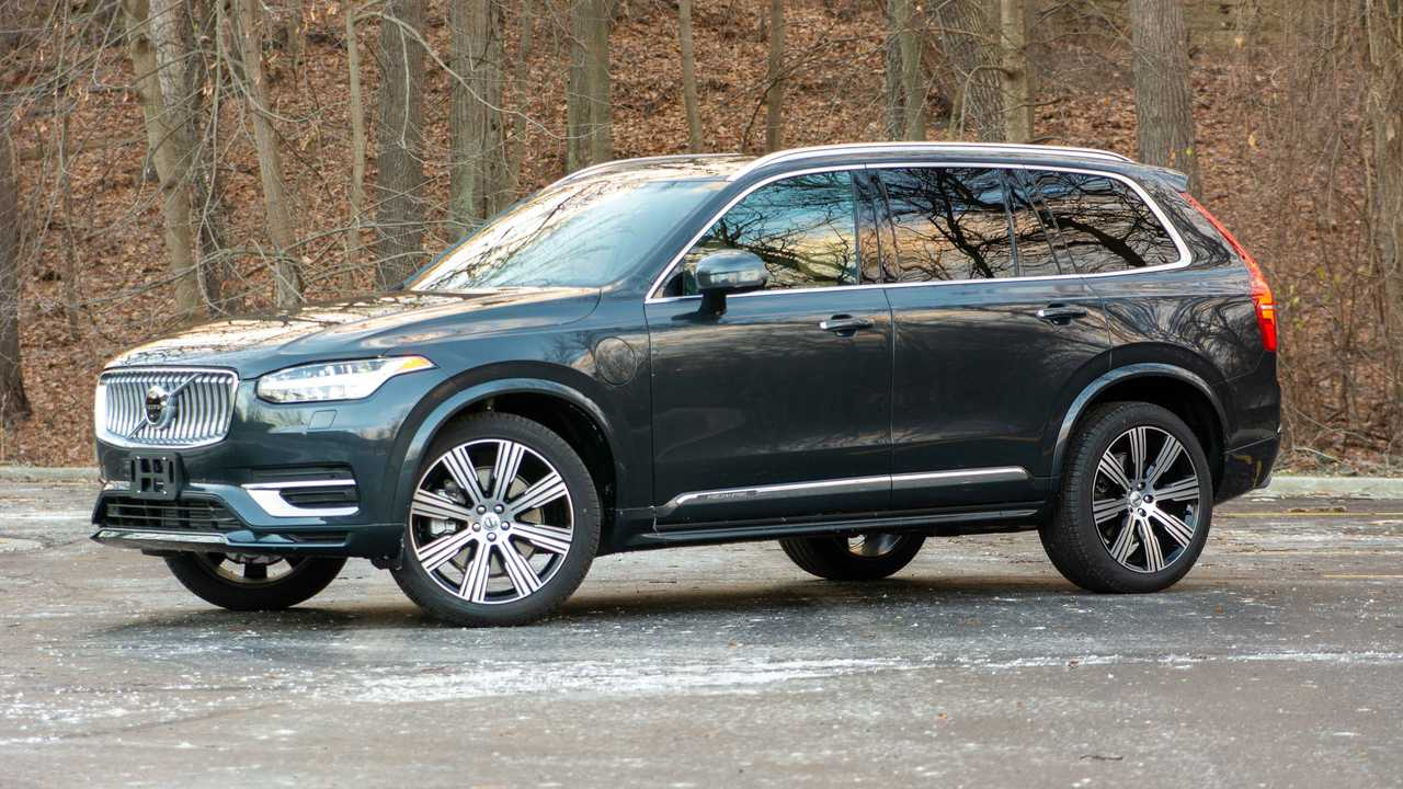 2021 Volvo XC90 Recharge T8 front quarter wide