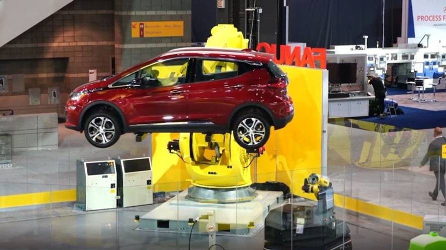 Elektrikli otomobili kendi başına şarja takabilen robotu izleyin