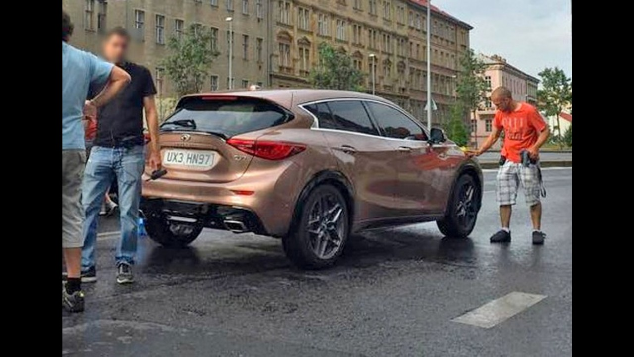 Flagra: novo rival de Série 1 e A3, Infiniti Q30 aparece na rua pela primeira vez