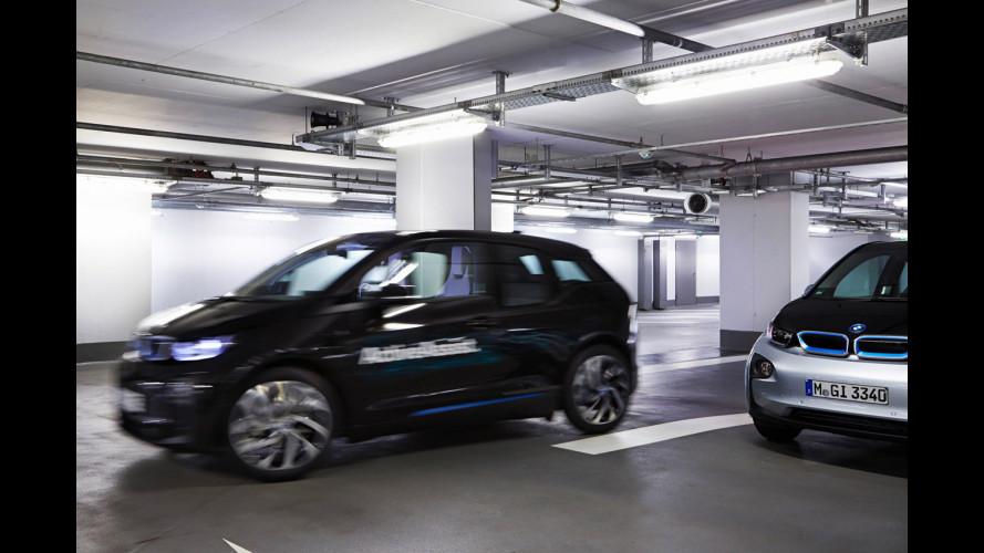 Arriva la BMW che si parcheggia da sola e torna quando la chiami
