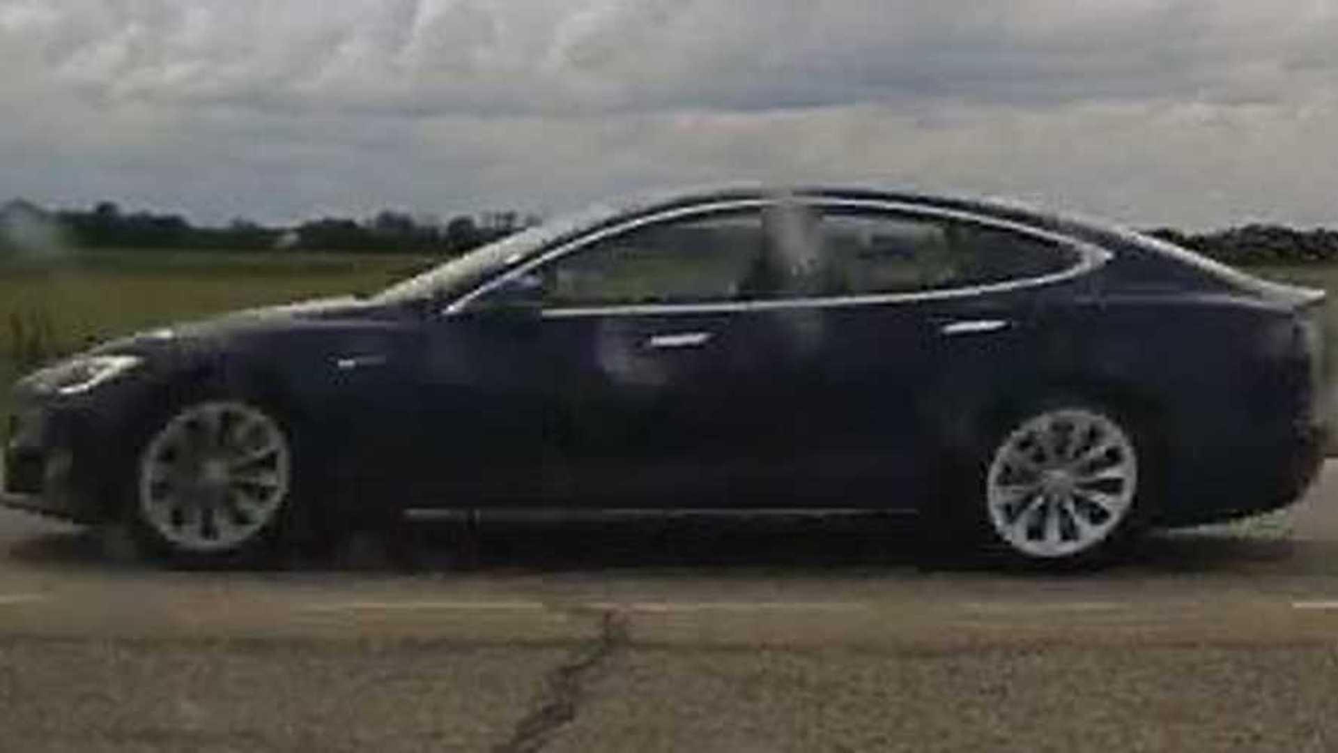 Ottalvós bulit tartott egy 150 km/h-val száguldó Tesla volánjánál két kanadai fiatal