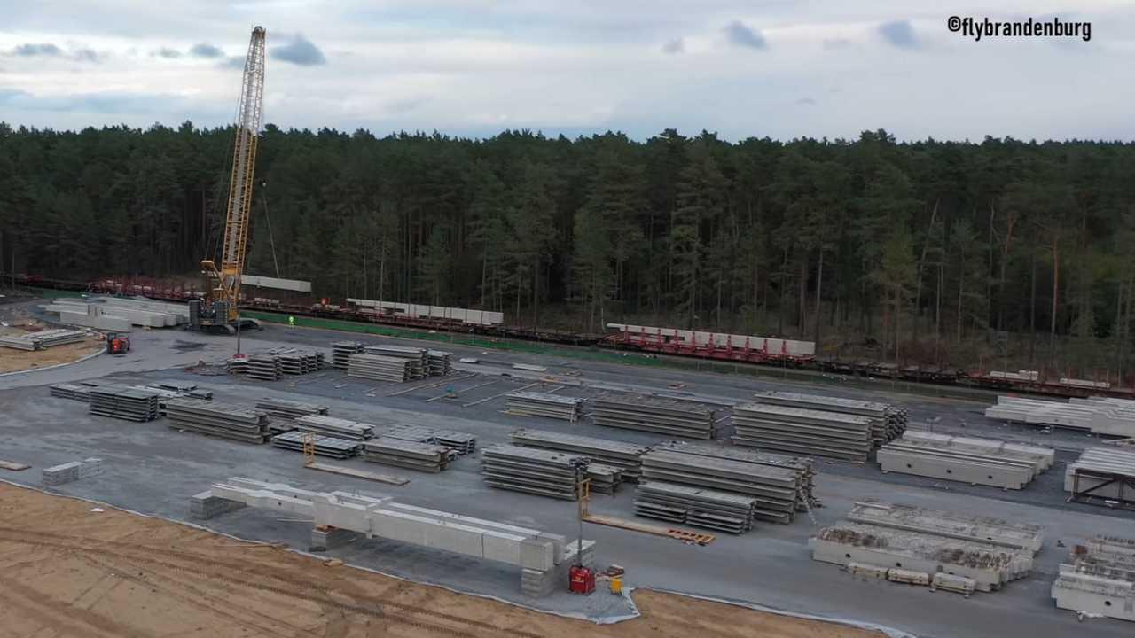 Tesla Giga Berlin - Train deloading - October 9, 2020 (source: flybrandenburg)