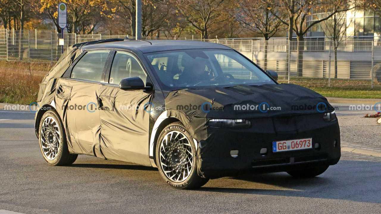 2022 Hyundai Ioniq 5 foto spia (anteriore tre quarti)