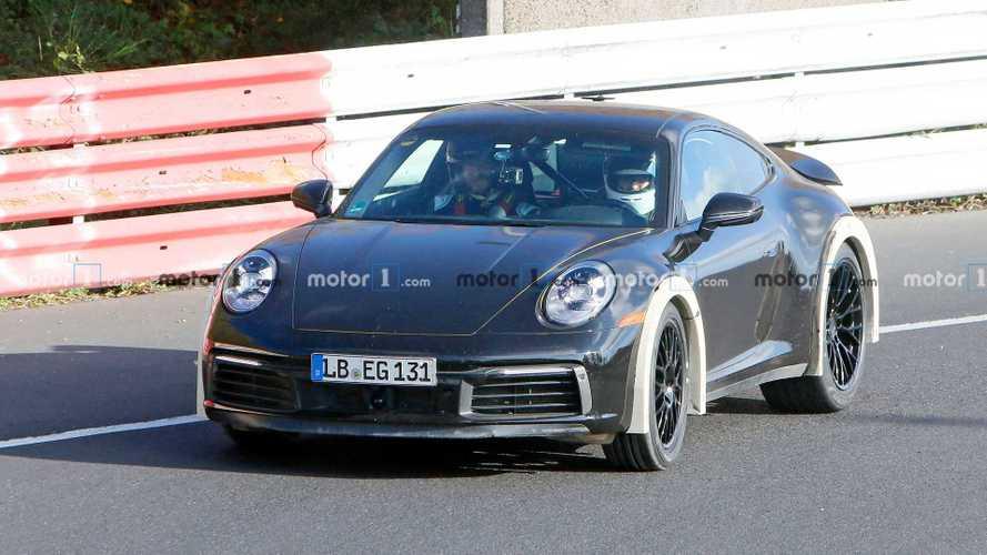 Nagyon furcsa, emelt hasmagasságú Porsche 911 körözget a Nürburgringen