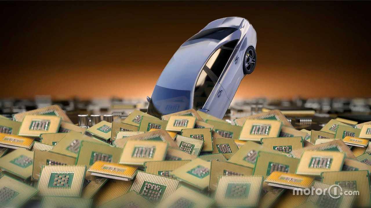 Un'auto finisce in un mare di chip