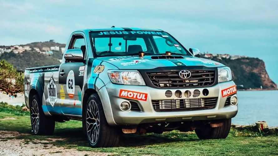 Este Toyota Hilux esconde un gran motor V12 biturbo bajo el capó