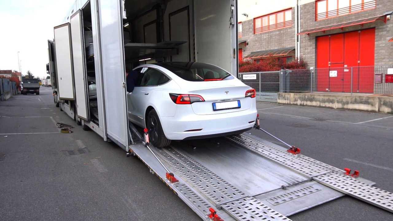 Tesla Model 3, la consegna contactless