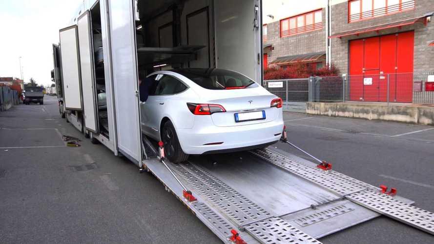"""La """"soluzione"""" Tesla al lockdown da Coronavirus: auto nuove a domicilio"""