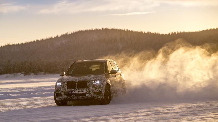 BMW X3 karda dans ediyor