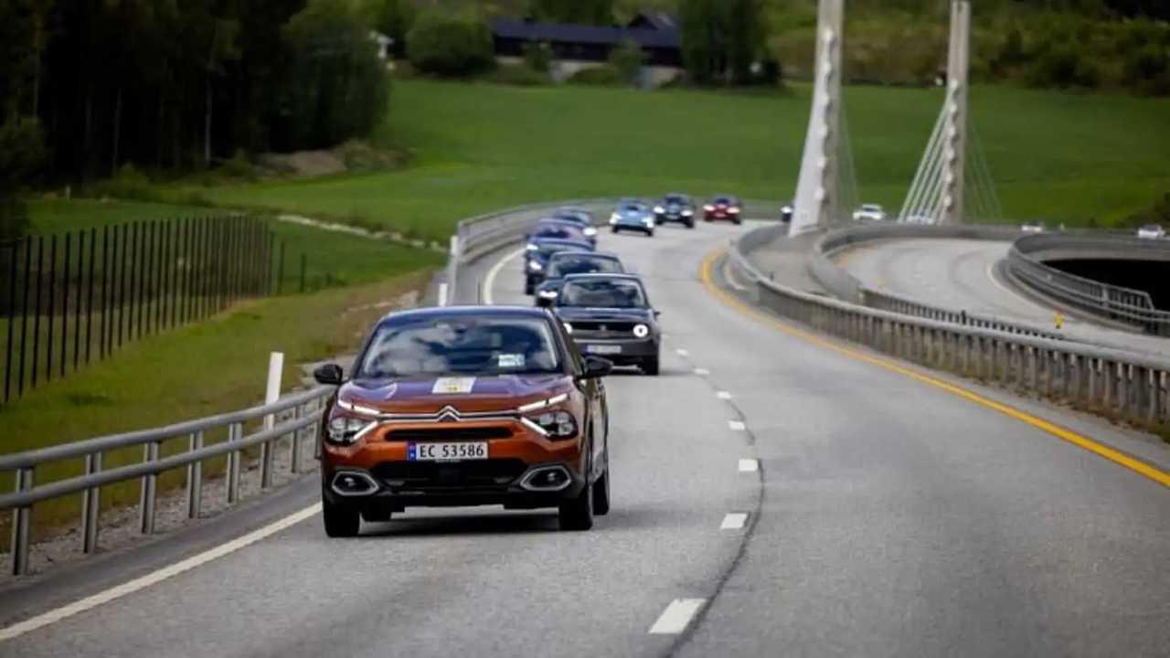 Una carovana di auto elettriche su una strada della Norvegia