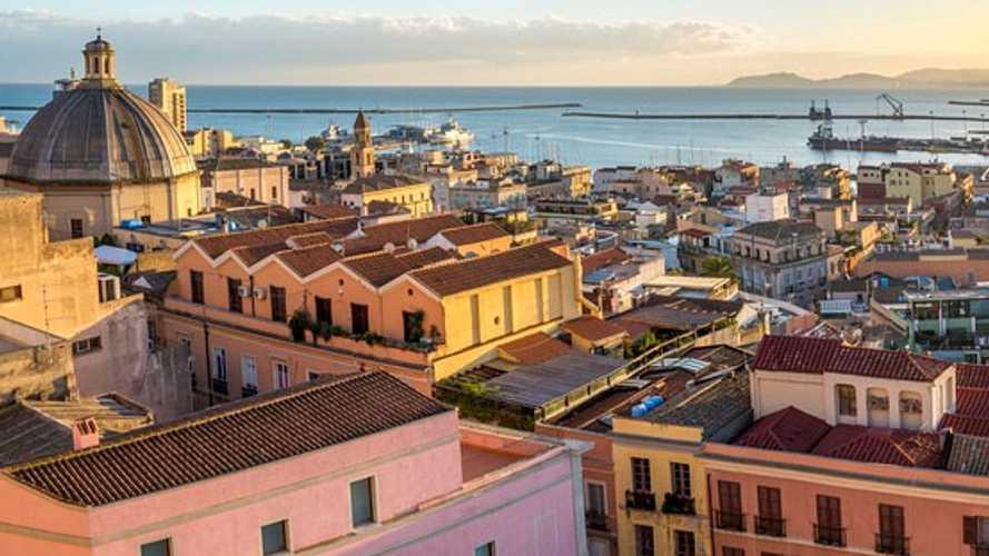 Auto elettriche a Cagliari, accesso ZTL, strisce blu e agevolazioni