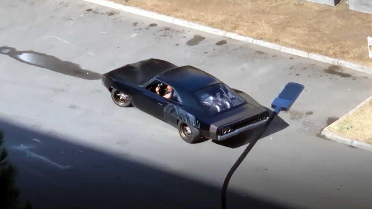 Középmotoros Dodge töltő, gyors és dühös lövöldözés közben