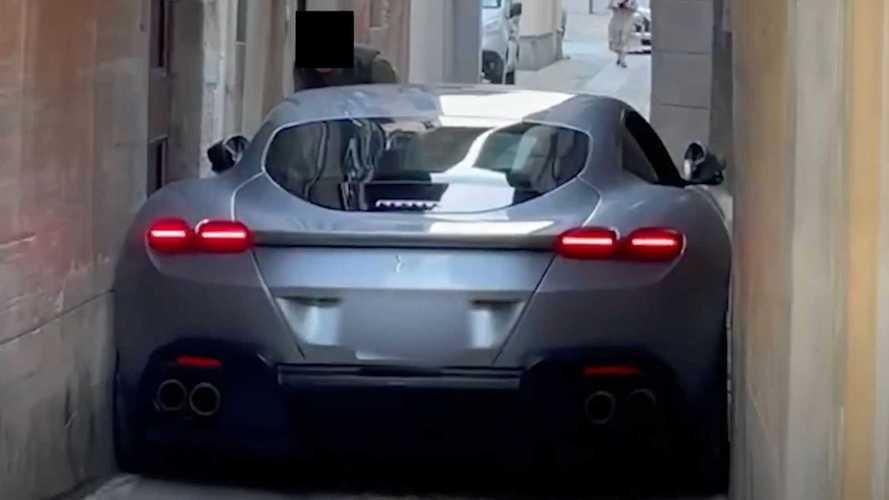 Aïe ! Une Ferrari Roma coincée dans une petite rue italienne