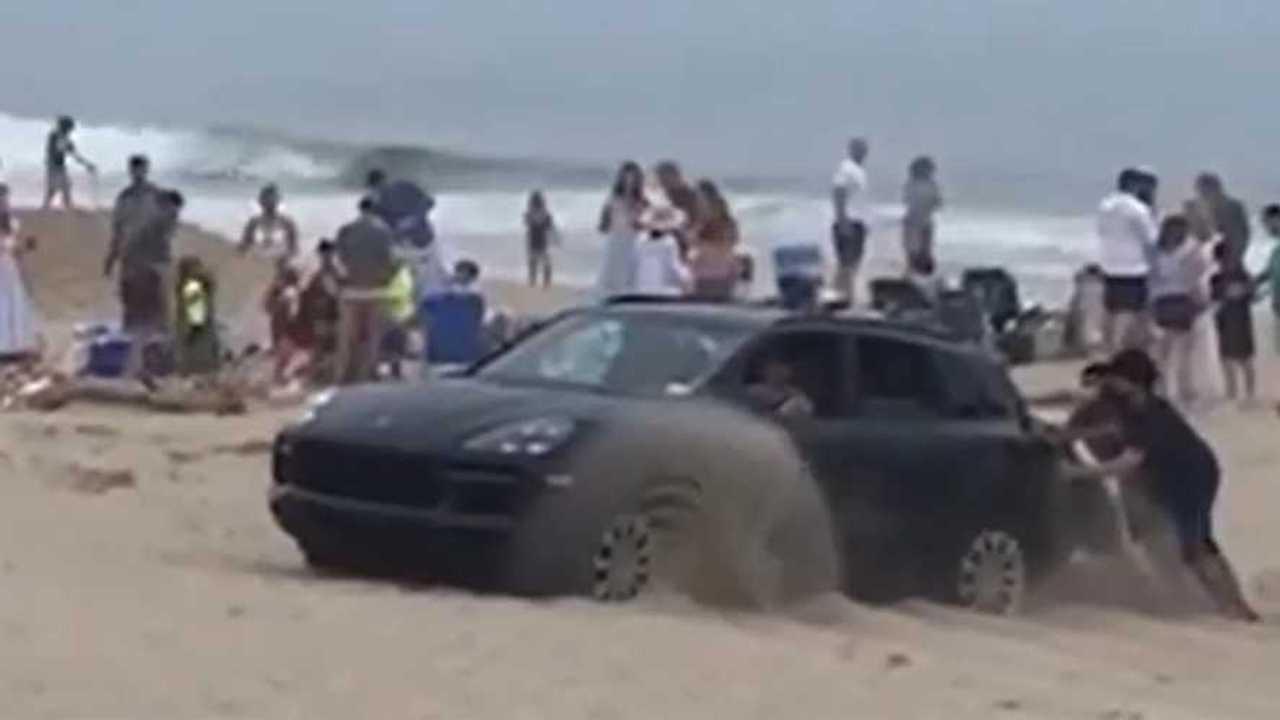 homokba ragadt Porsche Cayenne