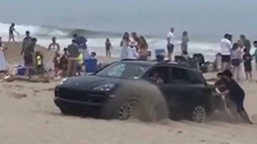 Off-road ide vagy oda, egy Porsche Cayenne csúnyán beleragadt a homokba