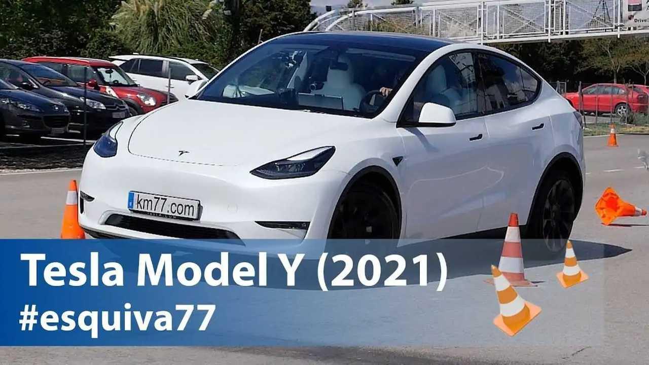 La Tesla Model Y durante il test dell'alce