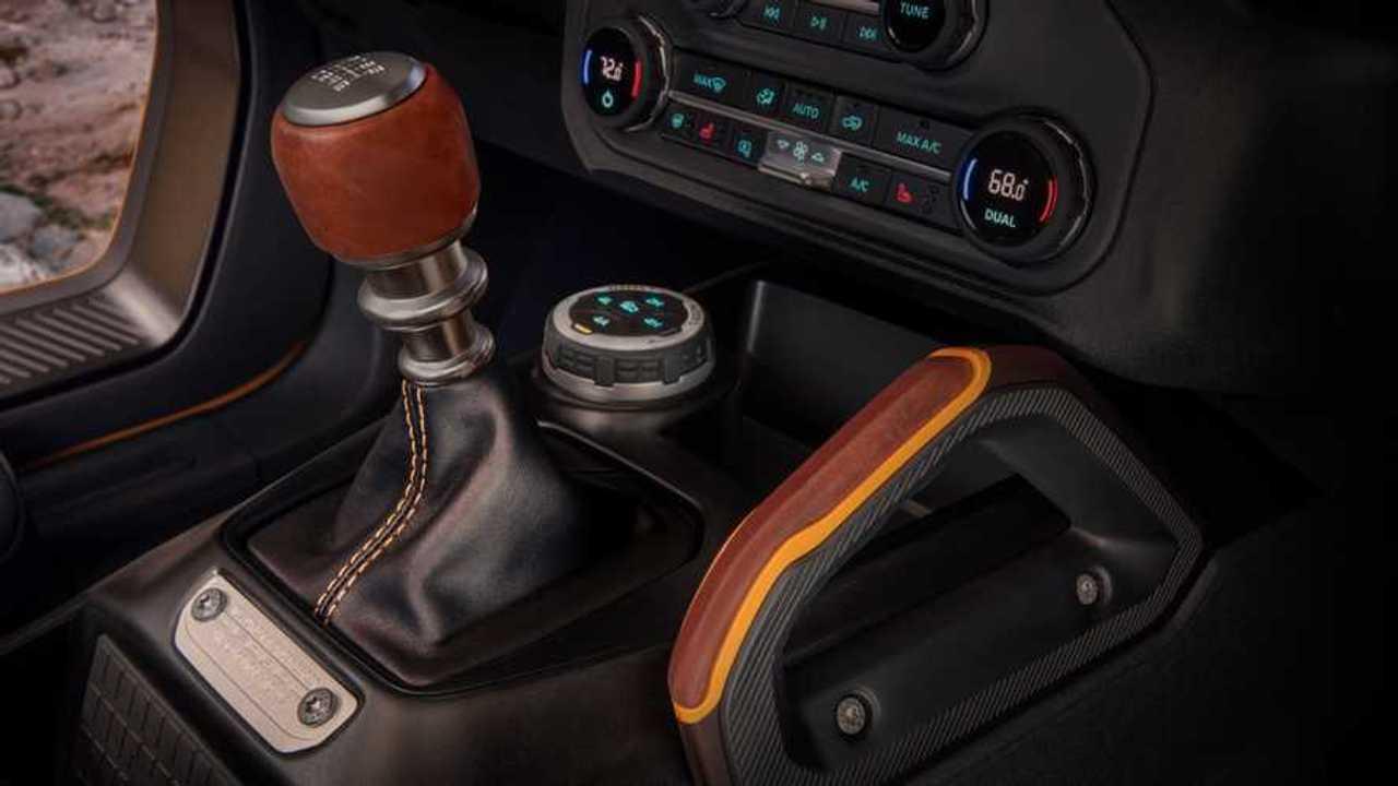 Ford Bronco memiliki transmisi manual tujuh kecepatan.