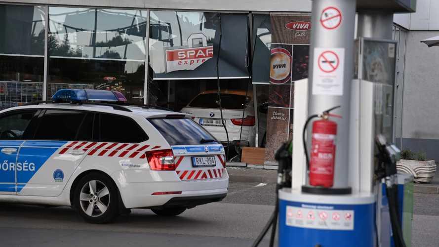 Stílusosan, kávézóba hajtva érkezett meg a benzinkútra egy sofőr Budapesten
