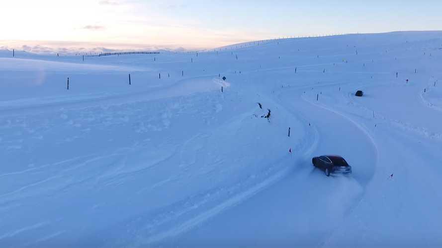 Karda drift yapmak Tesla Model 3 için çocuk oyuncağı