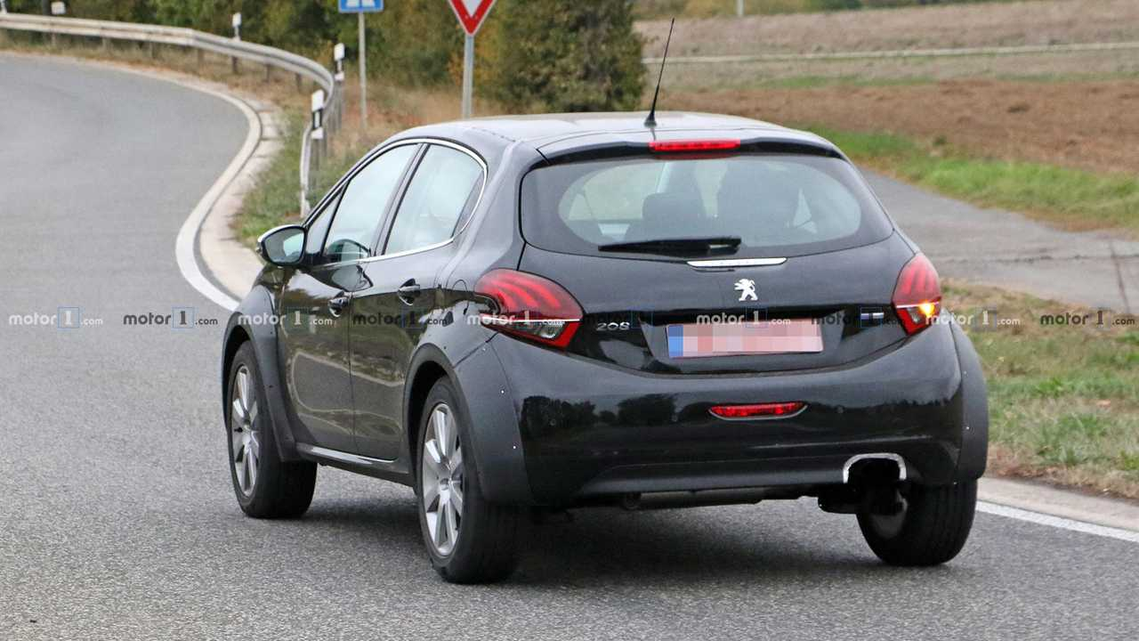 Peugeot tiny crossover 1008 test mule