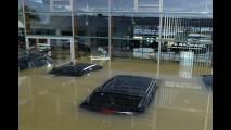 Cenas fortes: enchente inunda concessionária Jaguar-Land Rover na Alemanha