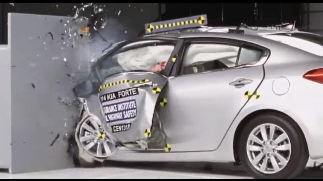 """Vídeo: Civic """"gabarita"""" crash-test mais severo nos EUA; """"brasileiros"""" vão mal"""