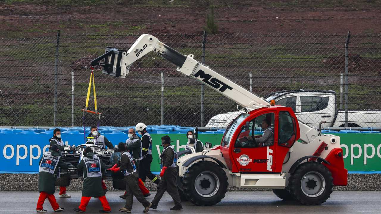 Marshals remove the car of Nicholas Latifi, Williams FW43