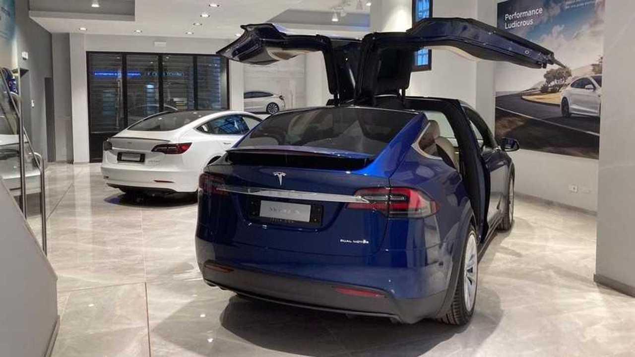 Tesla apre a Torino: uno store temporaneo in via Roma