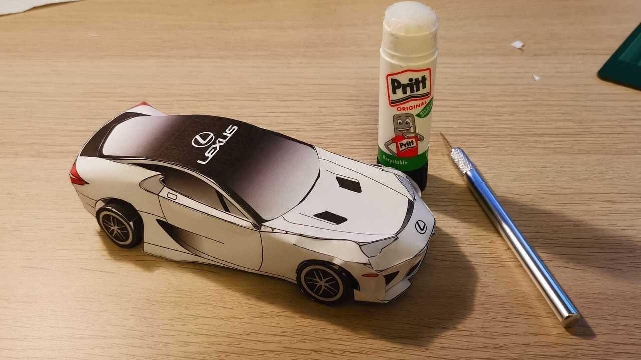 Passi di istruzioni per il modello di carta Lexus LFA