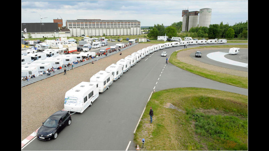 Weltrekord: VW Golf zieht 18 Wohnwagen auf einmal