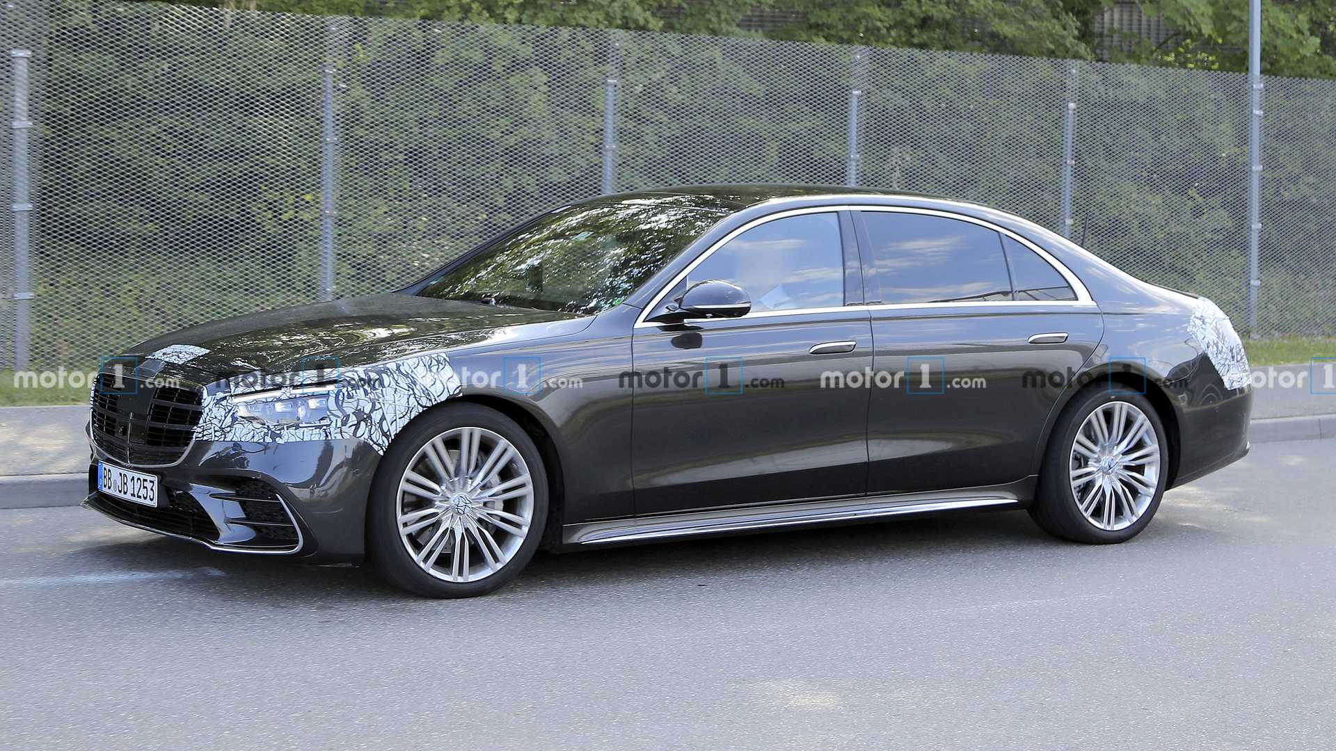 The 2021 Mercedes S-Class hardly has any camouflage to ...