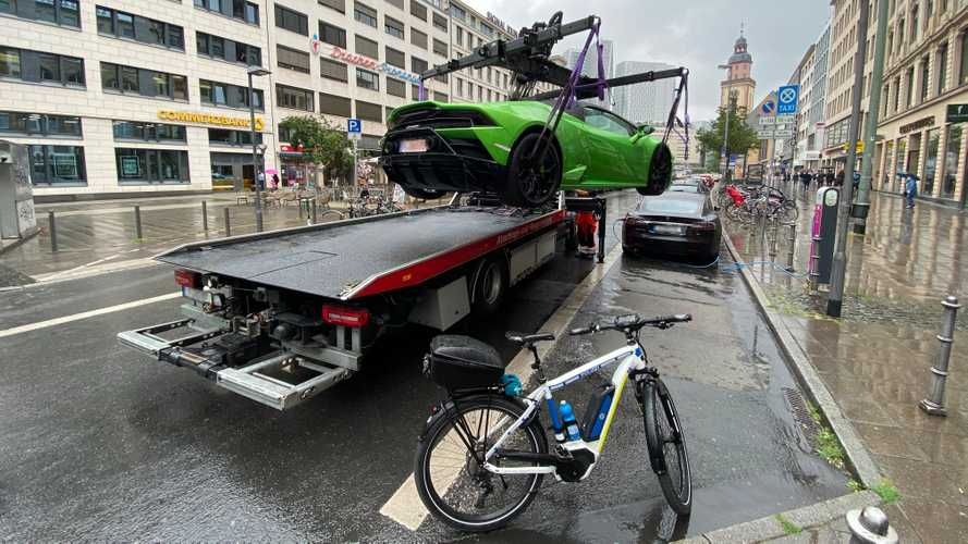 Green Lamborghini blocking EV charging point gets busted by cop on eBike