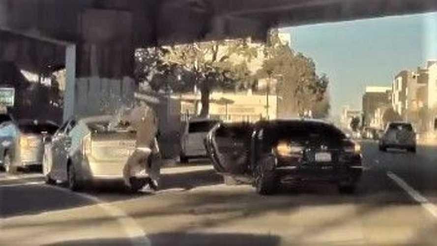 TeslaCam records window-smashing brazen robbery of occupied Prius