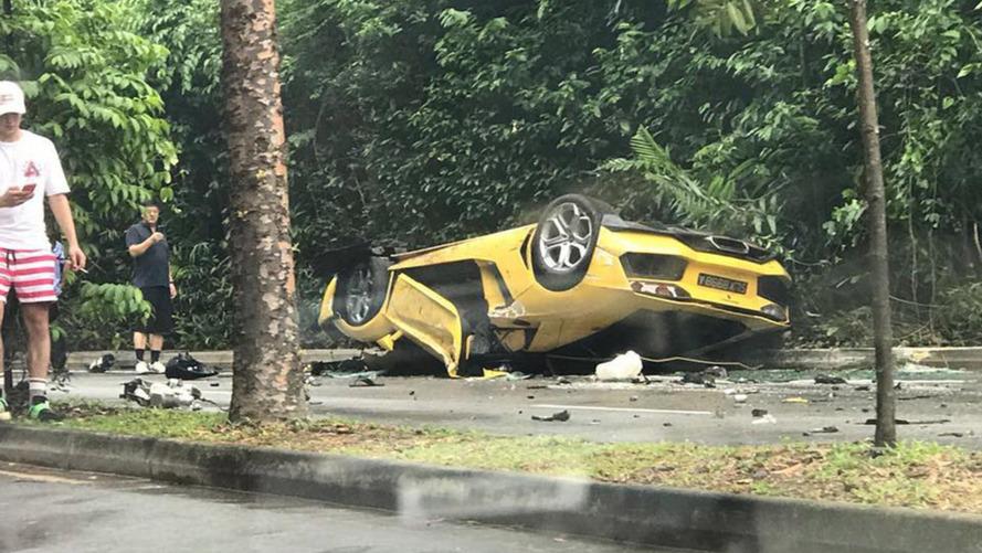 Rommá tört egy Aventador egy szingapúri balesetben